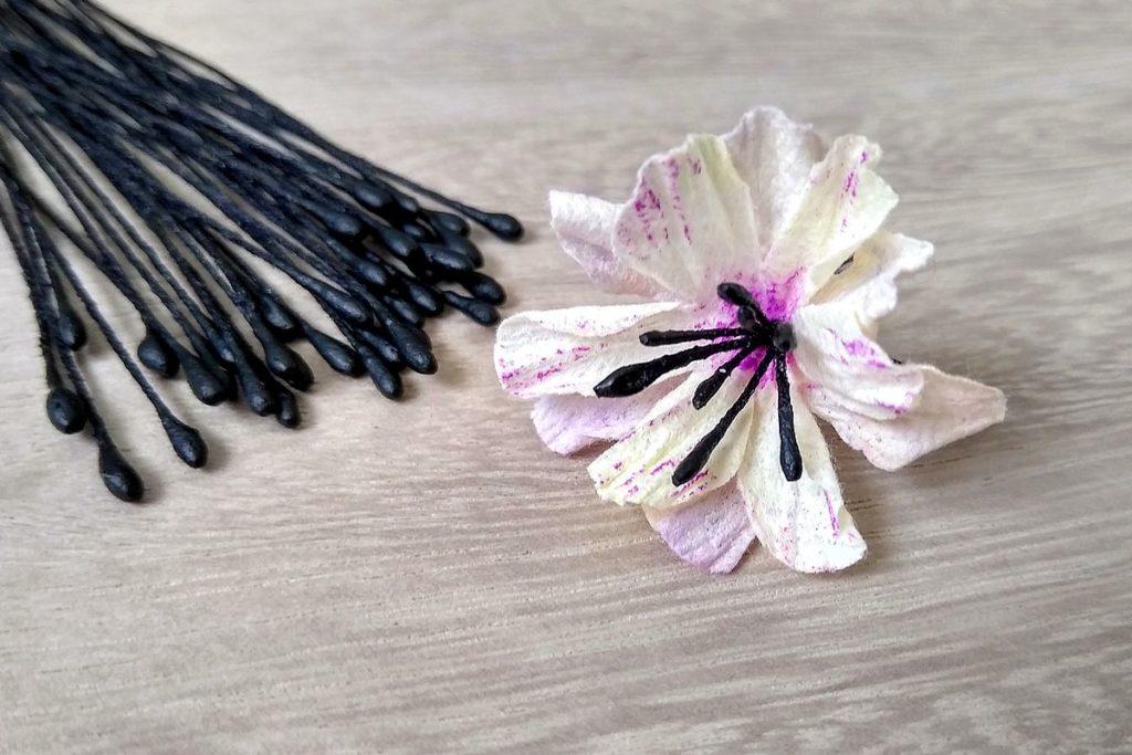 kwiatek z precikami ręcznie robiony