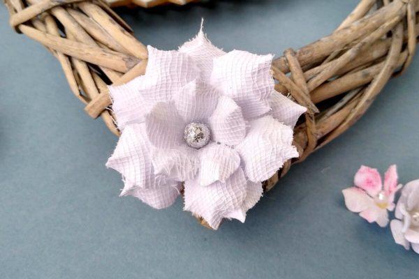 biały kwiat z papieru